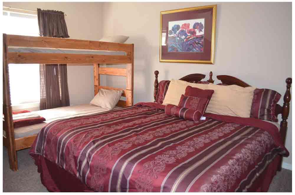 Rockwood-Resort-Condos-RW11-king-with-bunk-beds