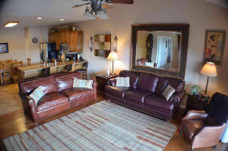 This-resort-on-table-rock-lake-condo-has-a-sofa-sleeper-in-the-living-room