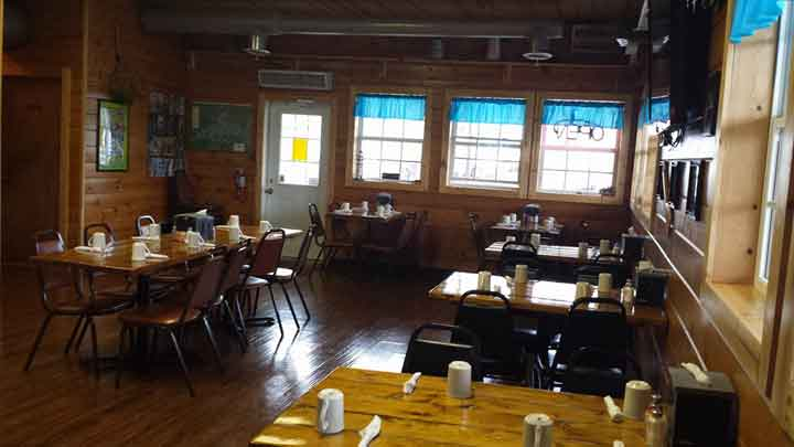 Bring a large group to eat at the floating cafe. There is plenty of space.