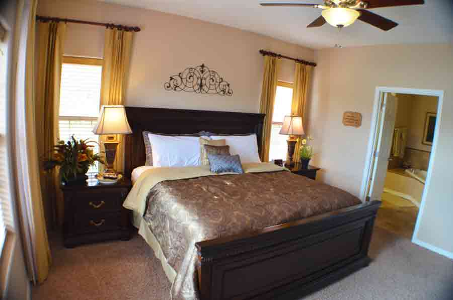 Master-bedroom-has-a-king-sized-bed-and-overlooks-Table-Rock-Lake