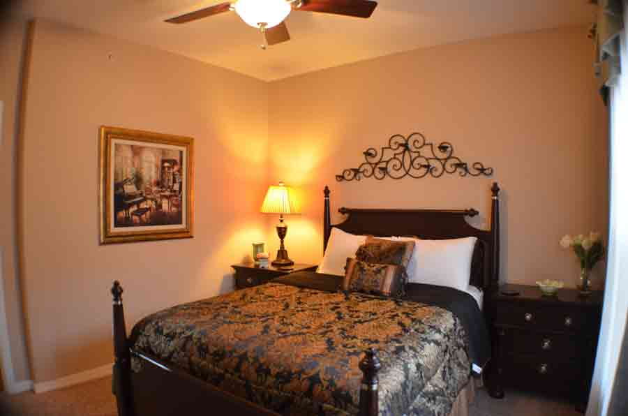 Queen-bed-in-the-thrid-bedroom-of-this-condo-on-table-rock-lake